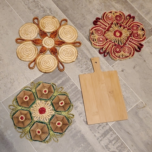EUC Vtg Boho Wicker & Mini Cutting Board